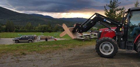 RIGGING I VAKRE OMGIVELSER: Vakkert kveldslys preget riggingen til Hedalen Kulturfestival denne uken.