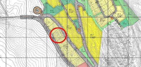 INNEKLEMT:Reguleringsplankart for utbyggingsprosjektet Bjørnholtlia med rød ring rundt hus som mister deler av tomta til gang- og sykkelvei.