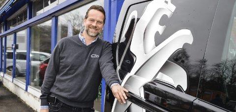 FORNØYD: Daglig leder i Kjøraas Bil AS i Horten, Peer Firing-Hansen, måtte kjøpe inn bruktbiler fra andre for å kunne dekke ettersørselen.