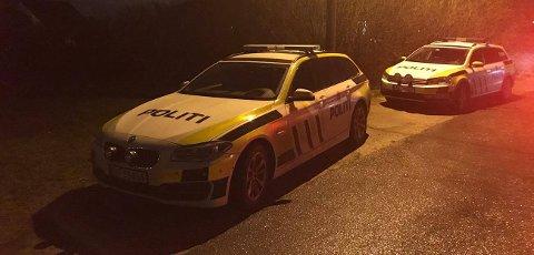 Politiet hadde mandag ettermiddag flere biler utenfor huset er den omkomne bodde.