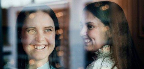 """Julen betyr noe spesielt for søstrene Martine Tufvesson Lundberg (t.v.) og Anniken Bakken Lundberg. Det mener Anniken kommer tydelig frem i den ene av låtene de nå gir ut på en EP, """"Du er"""": - Det er kanskje den ultimate julelåta. Alle juleord det er mulig å få med er puttet inn i den, ler hun."""
