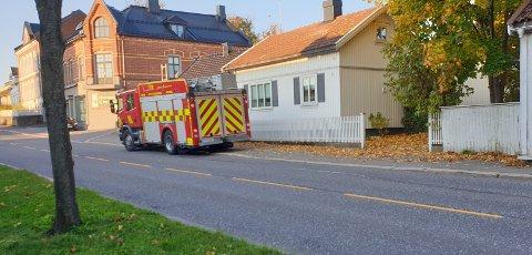 RYKKET UT: Hektisk for brannvesenet torsdag morgen. Her på plass i Storgata.