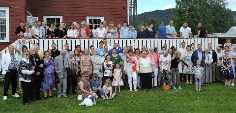 Alle samlet: Nesten alle 110 på Myrdalstreff 2017 samlet på ett bilde; på og foran verandaen på Marienlyst på Jaren. Foto: Vigdis A. Myrdal
