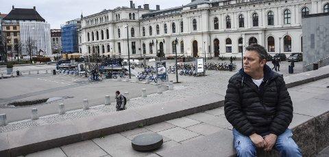 TILBAKE PÅ PLATA: Plata utenfor Oslo S er ikke det den en gang var. Ikke Trond Henriksen heller. – Jeg er en helt annen person nå enn da jeg var narkoman, eller da jeg slapp ut fra Halden fengsel, sier vinneren av Østfold-prisen 2018.