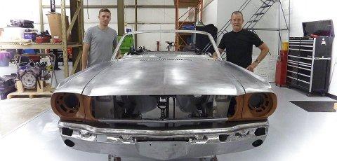 MUSTANG-EKSPERT: Daniel Lee Maas (th.) har vært involvert i en svært mange restaureringsprosjekter av biler.