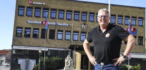 BLID JUBILANT: Hans-Petter Kjøge feirer flere jubileer i 2019. Han har vært HA-redaktør i 10 år, han har jobbet som journalist i 40 år, HA fyller 90 år og neste år runder han 60 år. Fra 27. september skal han lede lokalavisa fra 3. etasje i bankbygningen på Wiels plass. Foto: Anja Lillerud