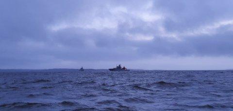 Tirsdag ettermiddag kunne man se både et kystvaktskip (i forgrunnen) og et Nato-skip på Lera.