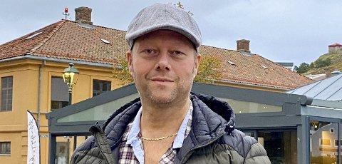 KINOSJEFEN I HALDEN: Clas Lucky Eriksen gleder seg stort til å flytte inn i nye kinolokaler. Det kommer til å ta filmopplevelsen til et helt annet nivå, forteller han. Nå kan vi konkurrere om publikum fra hele fylket, med å tilby de beste opplevelsene.