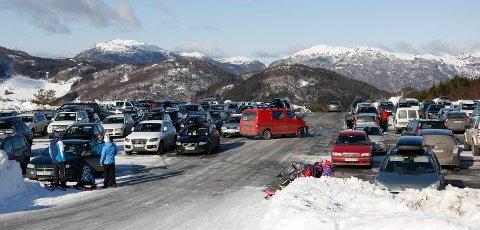 OPHEIM: Veien opp til parkeringsplassen på Opheim skal oppgraderes. Her fra en vinterdag i 2016, hvor mange la søndagen til Olalia.