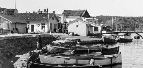 Ved Blindtarmen rundt 1950: I dette bildet kan man se mange artige detaljer. Bygningen til venstre er varebua som sto på Dampskipsbrygga. I neste bygg mot høyre holdt N.P. Olsen til som også var ekspedisjon for kystrutas båter. Bak ekspedisjonsbygget skimtes fiskehallene til Andreas Martinsen og Erik Johan Krafft. Midt i bildet ligger toalettene og foran denne lille bygningen kan man skimte dragkjerra til Charles Olsen, «Bybud Nr. 1». Ved brygga ut mot Blindtarmen ligger skyssbåtene «Fram» og «Swift».