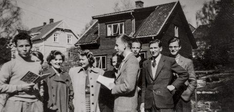 Kragerørussen i 1951: Det var ikke så mange som var russ i Kragerø i 1951. Her er de alle sammen. Fra venstre med en bok i hånden Per Eirik Fosse, Einar Mattson, Marit Runhovde, Berit Marianne Røed Haugen, Marie Gogstad (Hjertaas), Ulf Hamran, Harald Svendsen, Reidar Steen og Thorleif Dobbe.