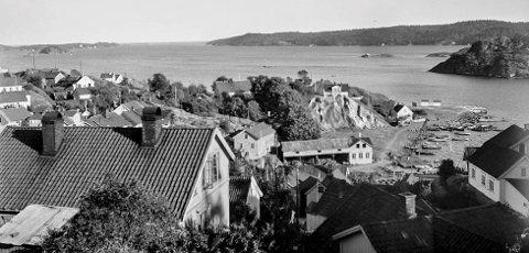 Smedsbukta og Skrubben på 1930-tallet: Dette gamle industristedet er under voldsom forandring. Bildet er tatt fra Biørneveien og man kan man se Skrubben husmorskole bak trærne. Denne bygningen brant i 1939. Det var her Edvard Munch bodde under sin kragerøtid.