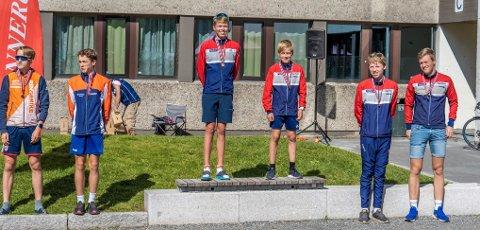 KRETSMESTERE: Andreas M. Skovlyst (t.v.) og Simen S. Røste vant stafett-KM foran Ringerikes duo og bronse til Halvor Løken og Arne Bergan (t.h.). FOTO: KOL