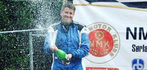 ENDELIG RALLYMESTER: Nå kan Olav Fredriksen endelig titulere seg som NM-vinner i rally. Bildet er hentet fra en tidligere seiersfest. FOTO: PRIVAT