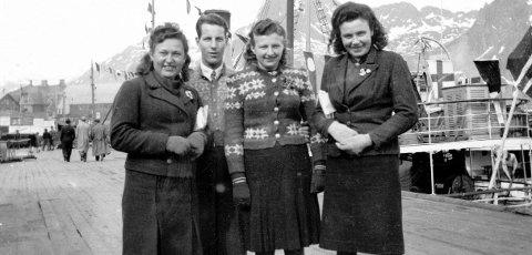 Ukrainske tvangsarbeidere på Dampskipskaia i Svolvær etter den tyske kapitulasjonen. Damene har fått kofter og skjørt fra lokalbefolkningen.