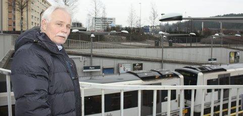 T-BANE SØROVER:  Dag Bjerke, leder av Bryn Miljøforum, foreslår at t-banen skal få en ny linje fra Ryen til Gjersrud Stensrud for å redusere trafikken gjennom Ryen-krysset. Foto: Aina Moberg