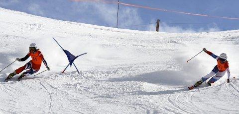 I STORFORM: Mathilde Ilebrekke Olsen (t.v) fra Nordre Land kjørte inn til en ny sølvmedalje i VM i telemark. Hun tapte kun finalen mot Amelie Reymond i parallellsprint. Foto: Petter Ekran.
