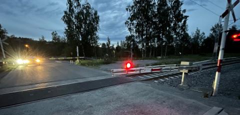 ØDELAGT: Slik så bommen ut etter sammenstøtet mellom tog og bom på planovergangen.