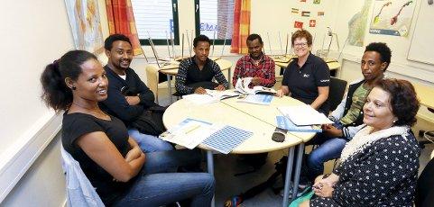 TRIVELIG: Daad Gjerde (nærmest) fra Follo kvalifiseringssenter og Sølvi May Lie fra Røde Kors håper flere har lyst til å gjøre en innsats. FOTO: STIG PERSSON
