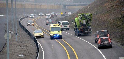 I MIDTEN: Her legger trafikken seg godt ut til siden slik at ambulansen kan kjøre mellom kjørefeltene.