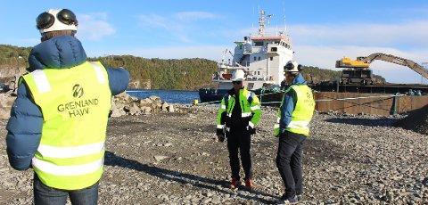 I forbindelse med anleggsarbeid til industriutbygging ved Frier Vest, lastes det stein ombord på skip ved ØPD-kaia i Asdalstrand. Naboer klager på plagsom støy til Bamble kommune, Grenland Havn, Frier Vest og Statsforvalteren.
