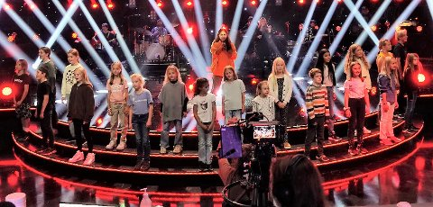 PÅ TV: Lørdag får vi se barn fra Showskolen synge sammen med deltager Jorun Stiansen. Her fra prøver de hadde sammen onsdag. Foto: Helene Amlie/NRK