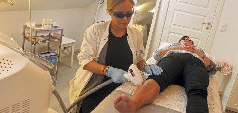Laser i aksjon: Sykepleier Linda Kristine Taraldsen driver sin egen klinikk på Jessheim, og har nylig gått til innkjøp av en Diodelaser. Foto: Britt Hoffshagen