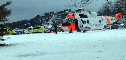 HELIKOPTER: Et redningshelikopter landet i Badeparken søndag ettermiddag.