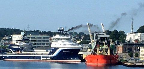 VISER GODT: Røyken fra supplybåten synes godt på lang avstand.