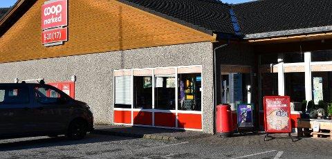 HURTIGTEST: Coop-butikken i Årdal er blant dei som nå deler ut hurtigtestar for sjekk av koronasmitte.
