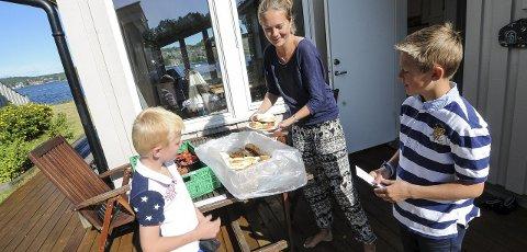 Nyter ferske bakevarer: Hyttenabo Marianne Solvang setter pris på å slippe å kjøre til Kragerø selv, og kjøper så ofte hun kan litt av hvert av naboguttene.  FOTO: Marie Edholm Andresen