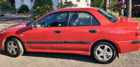 Bilen som ble stjålet er en rød Mitsubishi Carisma. Natt til torsdag ble den funnet .