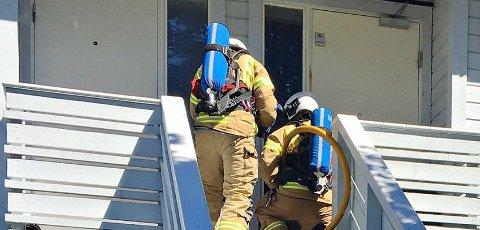 RØYKDYKKERE: Røykdykkere tok seg inn i boligen.