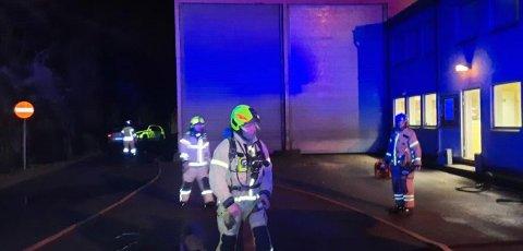 Brannmannskaper og politi undersøkte området rundt siloen.