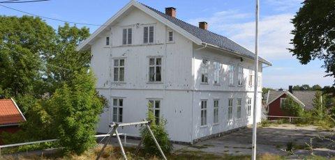 Da kommunen ga skolen til Lyngør velforening i 2002, fulgte det med en klausul. Det er denne som er årsaken til uenigheten mellom velforeningen og kommunen i ettertid..