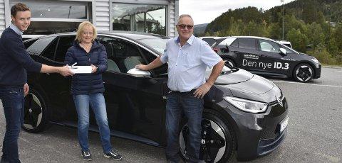 Spennende øyeblikk: Bilselger hos Valdres Auto, Tidemann Løvlie, overrekker mappa med alkens bruksanvisninger til Bente Bakkene og Geir Tore Bakkene. De er de første kundene som hentet ut sin ID.3 hos VW-forhandleren på Fagernes. Bilen er den nye serien av elbiler fra VW.