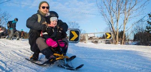 SKUMMELT: Selv om pappa Lage Lindholm (37) synes det kan være litt skummelt å ta med små barn i Korketrekkeren i Oslo, synes datteren Ingrid på seks at det bare er gøy.  Foto: Vidar Ruud / NTB scanpix