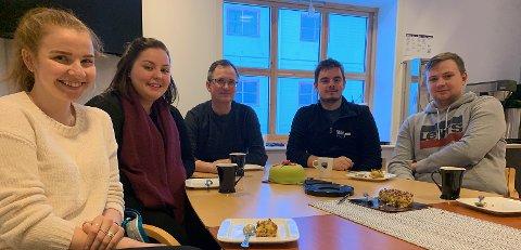 TOK FAGBREV: Lise Iren Sivertsen (20), Ronja Jensen (27), Roger Skjeldnes, områdeleder i Nordkapp, Tony Thomassen (30) og Tord Svendsen (22) feiret med kake på fredag.