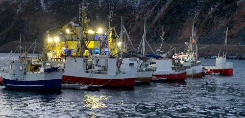 Her er Finnsnes Dykk og henter opp en sunket sjark ved flytebryggen i Nordvågen. Bildet er tatt i januar i år. Nordkappregionen havn oppfordrer båteierne til å følge med når uværet kommer.