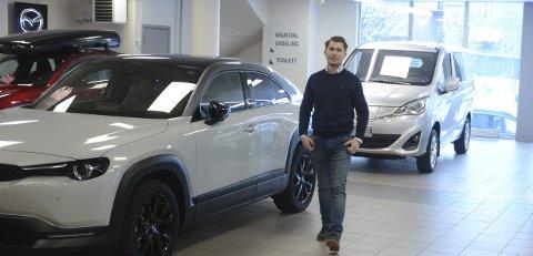 JUBILANT: Bilforretningen Oustad fyller 100 år i år  og har vært på samme plass alle disse årene. Jan Fridtjof Riberg (41) har vært daglig leder siden 2008 da han tok over etter sin far.  At den BI-utdannede økonomen skulle havne i bilbransjen var på ingen måte en selvfølge.