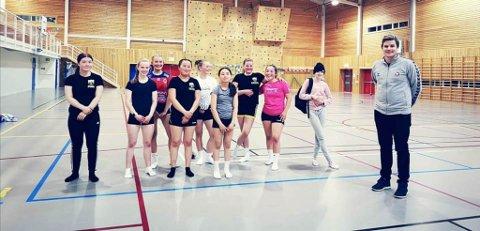 JUBILANTER: Tana Ballklubbs håndballgruppe feirer i oktober femårsjubileum. Her har de klubbbesøk av Eirik Engelsen, som berømmer aktiviteten i klubben og de fasilitetene de har i Tana.