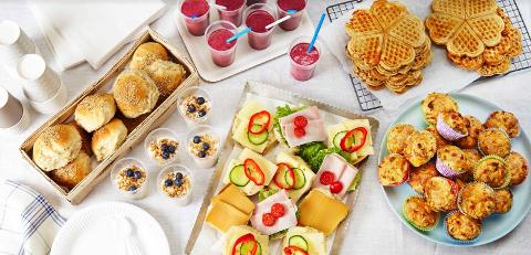 Det blir en god start på 17.mai med smoothies og grove vafler på Karlsrud skole
