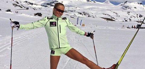 Silje Theodorsen har flere ganger kunne teste ski på Sognefjell i shorts. Mandag opplevde 21-åringen 18 varmegrader under U23-VM i Romania. Foto: Privat.