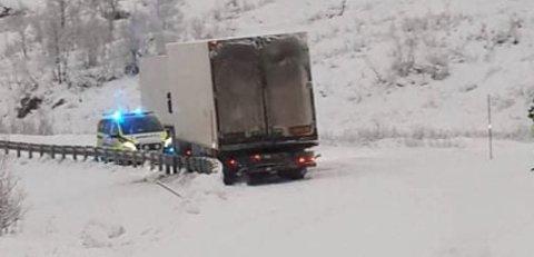GLATT: Politiet rykket ut da en tungtransport stengte vegen mellom Skulsfjord og Tromsø.