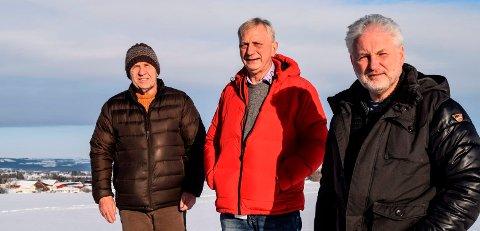 AVTALE: Johannes Dyste (t.v.) i Kolbu er blant dem som ser fram til å få fiberbredbånd gjennom avtalen kommunene - her representert ved Aage Sommerstad og Geir Steinar Loeng (t.h.) har inngått med Telenor.