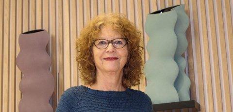 Elisabeth von Krogh selger egne verk på et marked i desember.