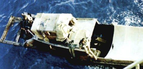 Slik så flyktningbåten ut. Bildet er tatt fra dekk på det norske lasteskipet Høegh Fortuna som fikk øye på båten 3. november 1983. De kunne aldri ha forestilt seg hva som var ombord. FOTO: TOM ARILD ANDREASSEN
