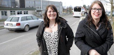 DELTE MENINGER:  18-åringene Jenny Kildahl (t.v.) og Alina Hilsen har ulike planer. Kildahl er i gang med kjøretimer, mens Hilsen ikke ser behovet for førerkortet foreløpig. Foto: Per Langevei
