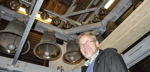 PÅ PLASS I TÅRNET: Svein Rustad gleder seg over den nye klokkespillet.  Arbeidene er utført av Tønsberg-firmaet Olsen Nauen Klokkestøperi.                       FOTO: BJØRN TORE BRØSKE