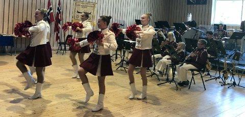 Slår seg sammen: Lande skolemusikkorps går sammen med Sarpsborg jente- og guttekorps. Her er opptrer musikantene og drilltroppen i Lande Skolemusikkorps under jubileumskonserten i 2019.